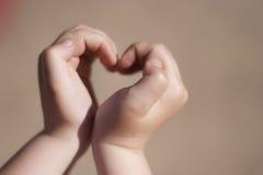 Coeur dans les mains Images libres de droits