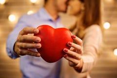 Coeur dans les mains d'un jeune plan rapproché de couples Photos libres de droits