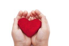Coeur dans les mains d'un plan rapproché Photo libre de droits
