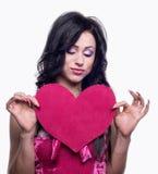 Coeur dans les mains du modèle Photographie stock libre de droits