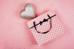 Coeur dans un beau paquet de cadeau Photo libre de droits