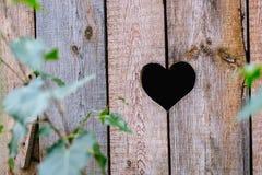 Coeur dans un conseil en bois Image libre de droits