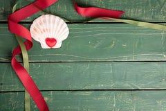 Coeur dans un coquillage décoratif photos libres de droits