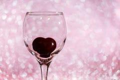 coeur dans un verre sur le fond brouillé Photographie stock libre de droits