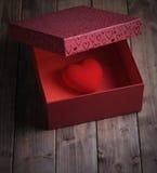 Coeur dans une boîte-cadeau Photos libres de droits