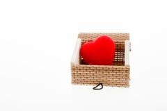 Coeur dans une boîte de paille Photographie stock libre de droits