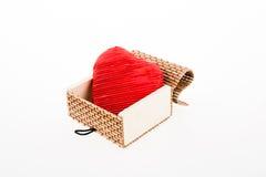 Coeur dans une boîte de paille Photo libre de droits