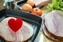 Coeur dans une poêle pour le concept à cuire sain d'amour ou de coeur Image stock