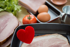 Coeur dans une poêle pour le concept à cuire sain d'amour ou de coeur, Image stock