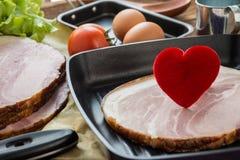 Coeur dans une poêle pour le concept à cuire sain d'amour ou de coeur Photos stock
