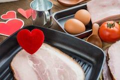 Coeur dans une poêle pour le concept à cuire sain d'amour ou de coeur Photographie stock