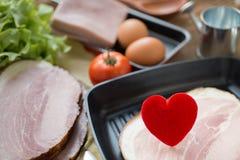 Coeur dans une poêle pour le concept à cuire sain d'amour ou de coeur Photo stock
