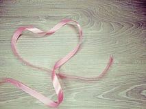 Coeur de backgr rose de concept de vacances d'amour de jour du ` s de valentine de ruban Images stock