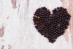 Coeur de baie de sureau sur le fond en bois, symbole de l'amour, l'espace de copie pour le texte Photos stock