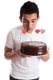 Coeur de baiser d'homme romantique sur un gâteau photographie stock libre de droits