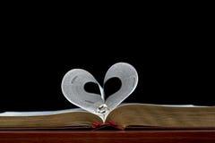 Coeur de bande de bible et d'argent de mariage Image stock