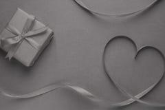 Coeur de bande et de cadeau de gey Photos stock