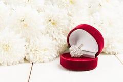 Coeur de bijoux dans le boîte-cadeau, signe de l'amour pour l'esprit de jour de valentines Image stock