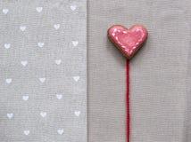 Coeur de biscuit d'amour sur la serviette Concept de carte de jour de valentines Images stock