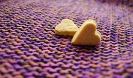 Coeur de biscuits sur le fond tricoté Concept d'amour photos libres de droits