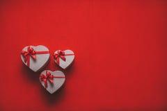 Coeur de cadeaux avec l'espace rouge de ruban pour le texte Photo stock