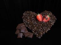 Coeur de café avec du chocolat et des baies Image libre de droits