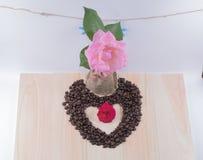 Coeur de café avec la rose de rose, étoile de mer Photographie stock libre de droits