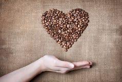 Coeur de café de fixation de femme Photos libres de droits