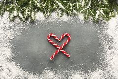 Coeur de canne de sucrerie de sucre de Noël sur la table grise Photographie stock