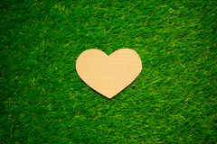 Coeur de carton sur l'herbe Images libres de droits