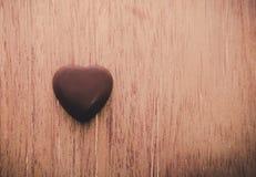 Coeur de chocolat de l'amour sur le fond en bois Image libre de droits
