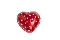 Coeur de chocolat enveloppé dans l'aluminium sur le blanc Image libre de droits