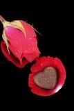 Coeur de chocolat et rose de rouge Image libre de droits
