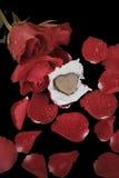 Coeur de chocolat et rose de rouge Photo stock