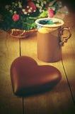Coeur de chocolat se trouvant sur la table avec une tasse de café et de la BO Photos libres de droits