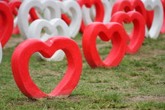 Coeur de ciment dans le jardin photo stock