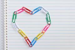 Coeur de clip sur le papier de cahier Photo libre de droits