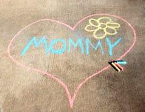 Coeur de craie de trottoir pour la maman Photographie stock