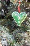 Coeur de décor de fer en métal avec les ornements rustiques Concept pour l'hiver, Noël, nouvelle année, décoration de pin Front V images stock
