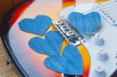 Coeur de denim sur la guitare Jour heureux d'amitié Photographie stock libre de droits