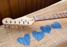 Coeur de denim sur la guitare Jour heureux d'amitié Images libres de droits
