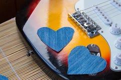 Coeur de denim sur la guitare Jour heureux d'amitié Image stock