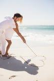 Coeur de dessin de couples sur le sable Images libres de droits