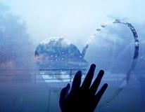 Coeur de dessin de main sur la fenêtre humide Photographie stock libre de droits