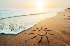 Coeur de dessin sur à sable jaune sur le coucher du soleil fantastique Photographie stock