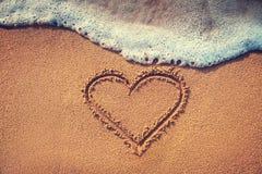 Coeur de dessin sur le sable Photographie stock
