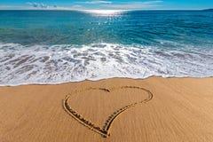 Coeur de dessin sur le sable dans la plage Image libre de droits