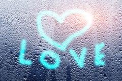 Coeur de dessin sur un verre humide Le concept de l'humeur d'automne, emotio Photos stock
