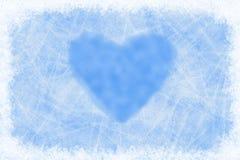Coeur de dessin sur une fenêtre congelée Images stock