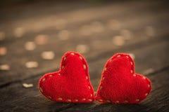 Coeur de deux rouges avec beaucoup de coeurs en bois sur le fond en bois Photographie stock